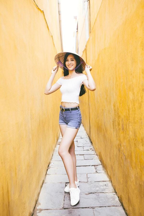 Hoa hậu Tiểu Vy ngày càng chuộng mốt gợi cảm - Ảnh 4.