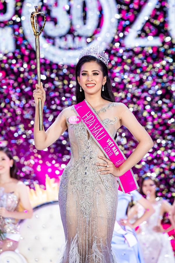 Hoa hậu Tiểu Vy ngày càng chuộng mốt gợi cảm - Ảnh 1.
