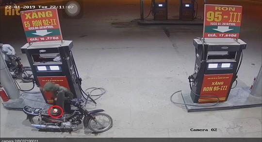 Kinh hãi cảnh nam thanh niên dùng bật lửa kiểm tra xăng vừa đổ vào xe máy tại cây xăng - Ảnh 2.