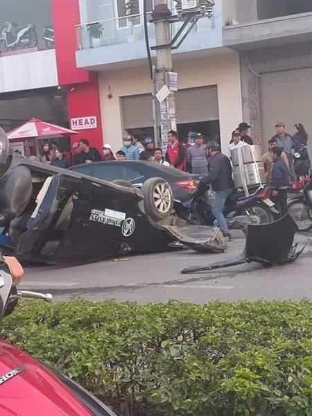 CLIP: Drift tông trúng lề, ô tô lật ngược kinh hoàng như phim hành động - Ảnh 2.