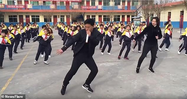 Thầy hiệu trưởng nổi như cồn nhờ màn nhảy đẹp mắt cùng học sinh - Ảnh 1.