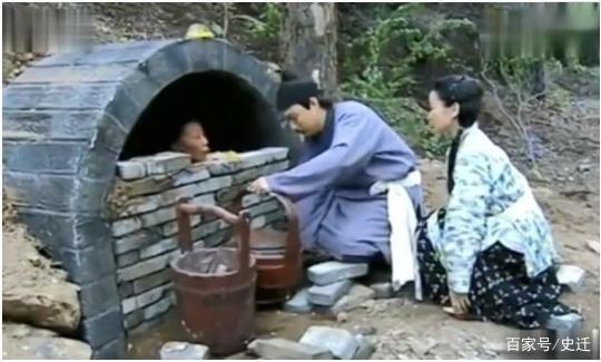 Tục lệ kinh hoàng ở Trung Quốc: Cứ trên 60 tuổi sẽ bị chôn sống dần dần? - Ảnh 1.