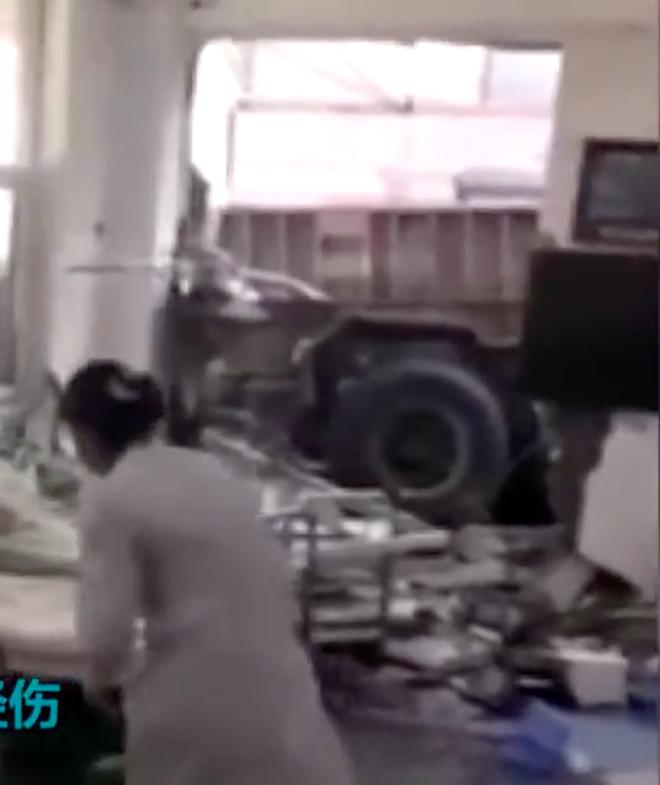 Đang nằm trong bệnh viện, bệnh nhân bị xe tải đâm thẳng vào giường bị thương - Ảnh 3.