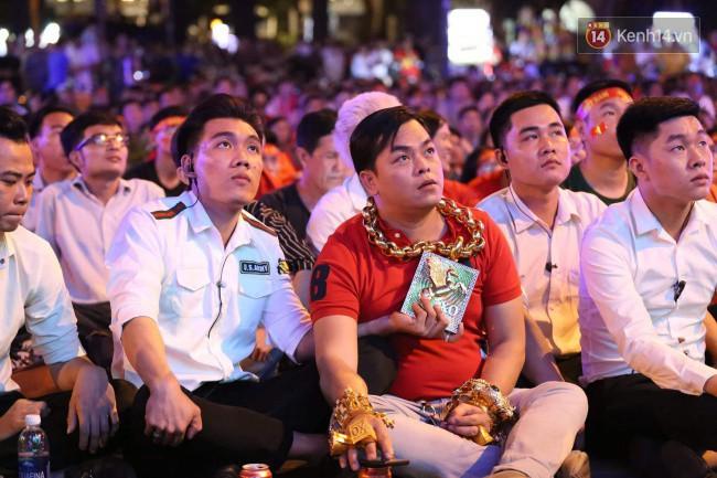 Vị đại gia đeo đầy vàng lại gây chú ý khi xuất hiện trên phố Sài Gòn cổ vũ cho ĐT Việt Nam trong trận tứ kết Asian Cup 2019 - Ảnh 1.