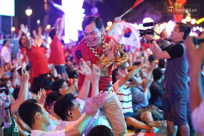 Vị đại gia đeo đầy vàng lại gây chú ý khi xuất hiện trên phố Sài Gòn cổ vũ cho ĐT Việt Nam trong trận tứ kết Asian Cup 2019 - Ảnh 2.