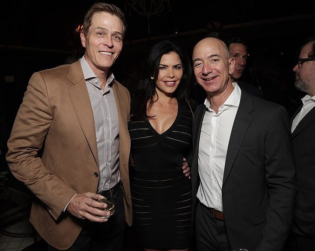 Lộ ảnh Jeff Bezos đắm đuối với người tình 3 tháng trước khi thông báo ly hôn vợ - Ảnh 3.