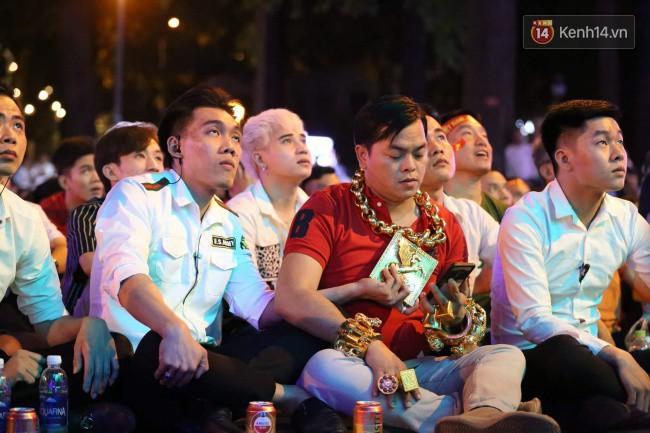 Vị đại gia đeo đầy vàng lại gây chú ý khi xuất hiện trên phố Sài Gòn cổ vũ cho ĐT Việt Nam trong trận tứ kết Asian Cup 2019 - Ảnh 4.