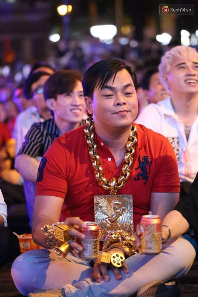 Vị đại gia đeo đầy vàng lại gây chú ý khi xuất hiện trên phố Sài Gòn cổ vũ cho ĐT Việt Nam trong trận tứ kết Asian Cup 2019 - Ảnh 5.