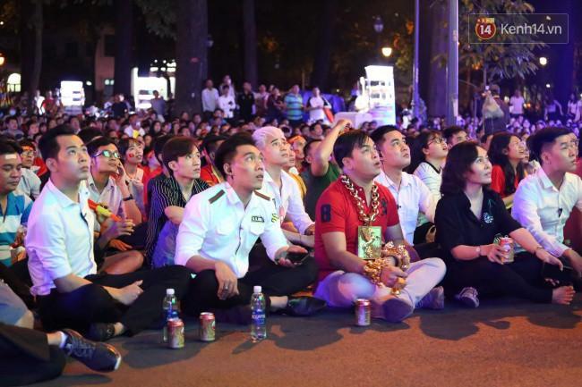 Vị đại gia đeo đầy vàng lại gây chú ý khi xuất hiện trên phố Sài Gòn cổ vũ cho ĐT Việt Nam trong trận tứ kết Asian Cup 2019 - Ảnh 6.