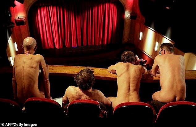 Xem kịch khỏa thân, khán giả cũng phải... lõa thể! - Ảnh 2.