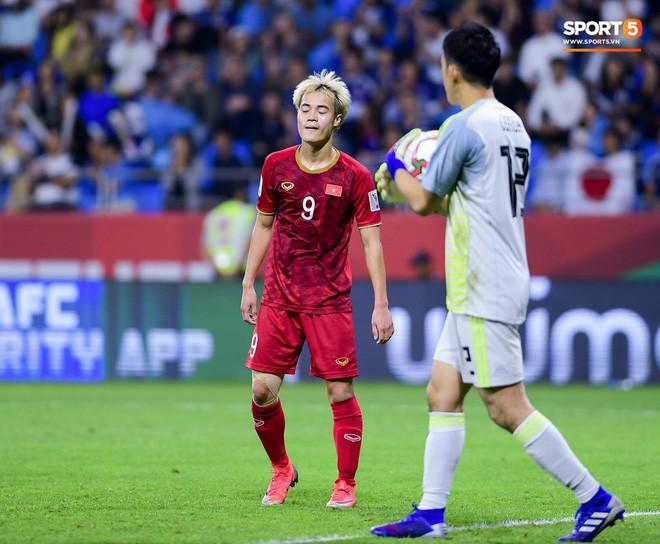 Văn Toàn đổ gục sau trận thua, ai nhìn hình ảnh này cũng muốn vào sân kéo cậu ấy đứng dậy - Ảnh 8.