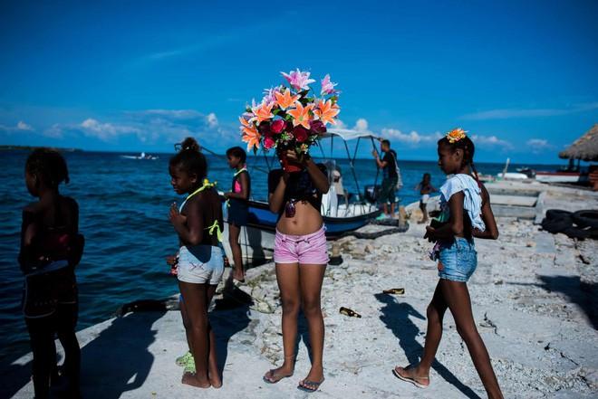 Cuộc sống đáng mơ ước nhưng đầy khổ ải tại hòn đảo chật nhất thế giới: Rộng bằng 2 sân bóng đá nhưng mật độ dân siêu khủng - Ảnh 6.