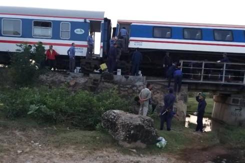 Đường sắt Bắc Nam tê liệt do tàu SE1 trật ray ở Bình Thuận - Ảnh 2.
