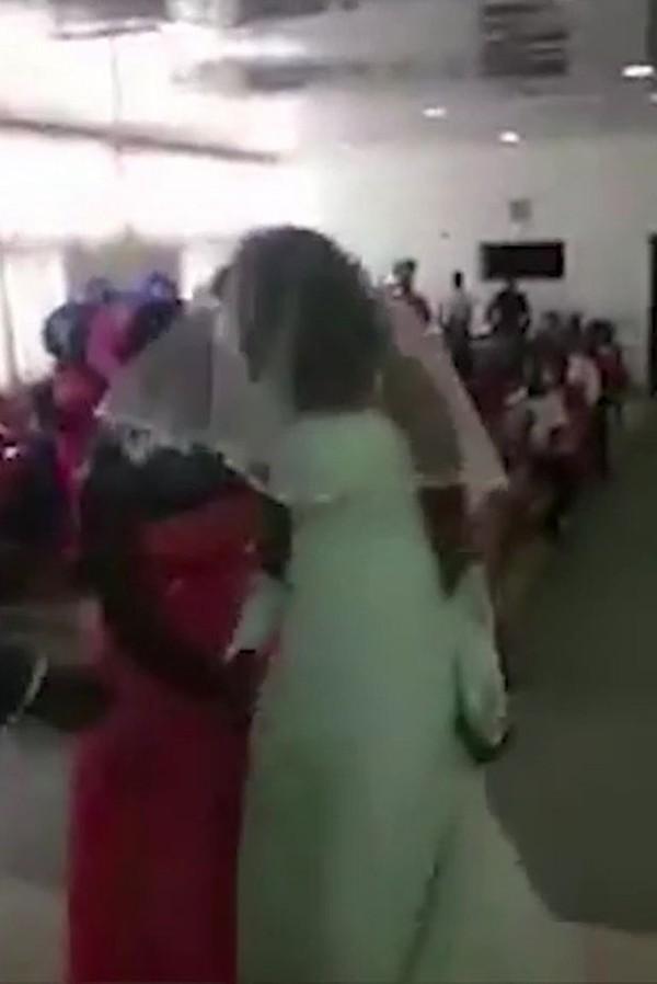 Tình nhân của chú rể xuất hiện trong bộ váy cưới gây náo loạn cả hôn lễ - Ảnh 3.