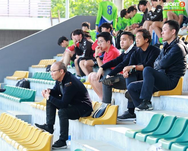 HLV Park Hang-seo chưa vội về Hàn Quốc ăn Tết, dành thời gian dự khán trận đấu của đội sinh viên Hàn Quốc - Ảnh 1.
