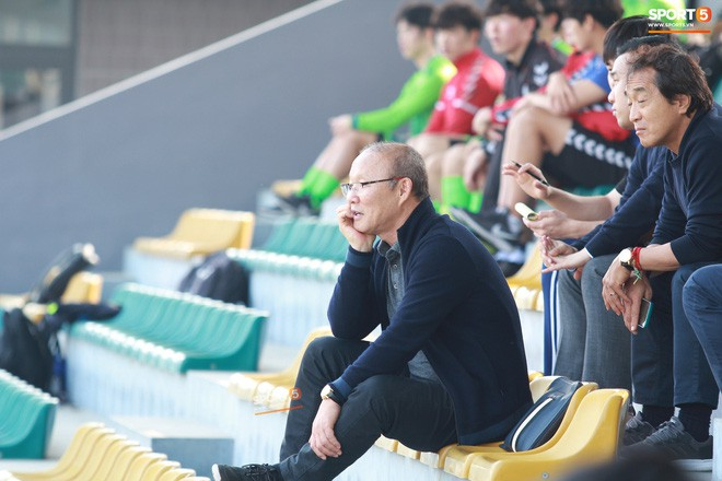 HLV Park Hang-seo chưa vội về Hàn Quốc ăn Tết, dành thời gian dự khán trận đấu của đội sinh viên Hàn Quốc - Ảnh 2.