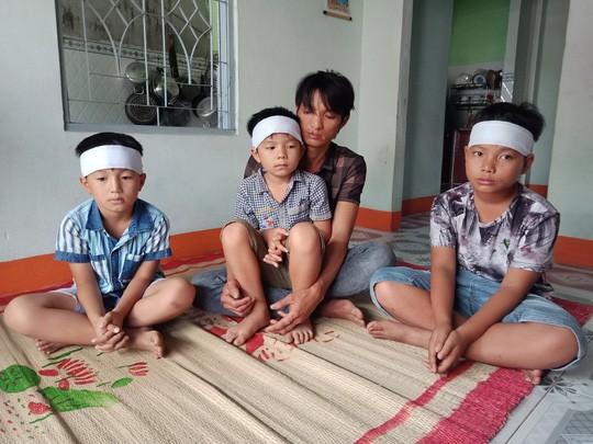 Buốt lòng cảnh 3 đứa trẻ mất mẹ trong những ngày cận Tết - Ảnh 1.