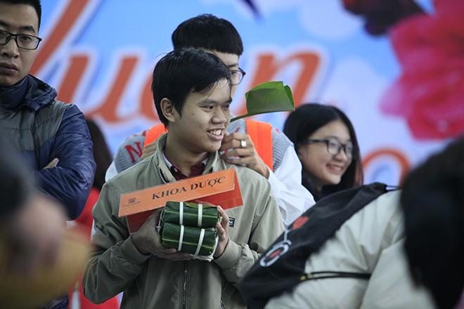 Trao tặng quà Tết tận tay người mù nghèo 3 huyện ngoại thành Hà Nội - Ảnh 6.