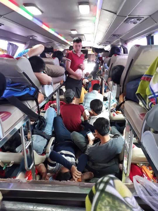 Bên trong những chuyến xe khách ngày cận tết khiến nhiều người ám ảnh - Ảnh 1.