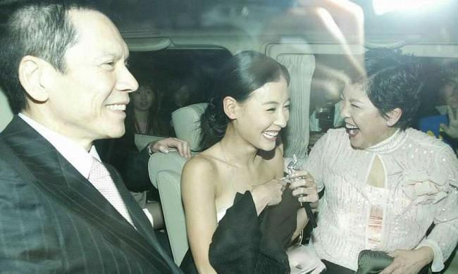 Từng rất thân thiết nhưng vợ của ông trùm xã hội đen lại công khai chỉ trích Trương Bá Chi - Ảnh 2.