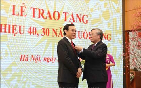 Trao Huy hiệu 40 năm tuổi Đảng cho Chánh Văn phòng TW Nguyễn Văn Nên - Ảnh 1.