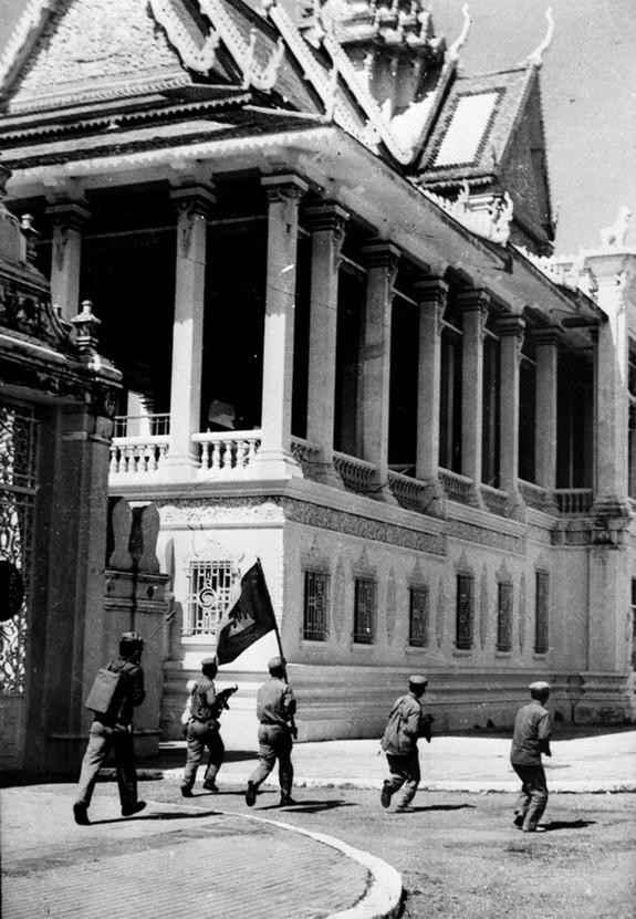 Tổng phản công, cùng quân dân Campuchia đánh đổ chế độ diệt chủng - Ảnh 2.