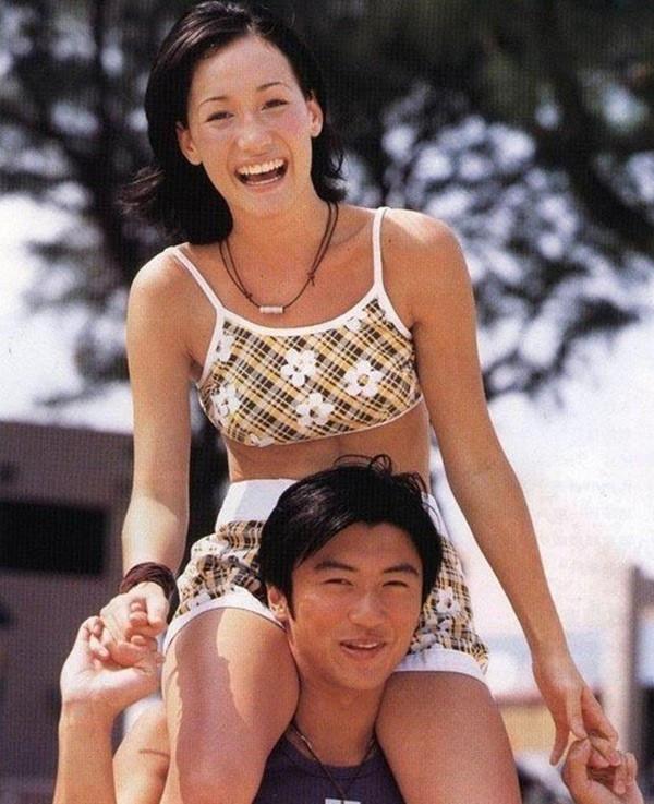 Loạt ảnh đáng giá ngàn vàng của sao Hoa ngữ ngày xưa: Không ngờ Song Hye Kyo là fan ruột của Trương Quốc Vinh - Ảnh 1.