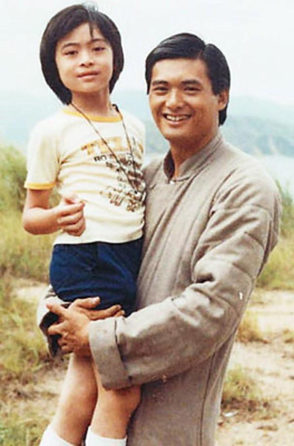 Loạt ảnh đáng giá ngàn vàng của sao Hoa ngữ ngày xưa: Không ngờ Song Hye Kyo là fan ruột của Trương Quốc Vinh - Ảnh 2.