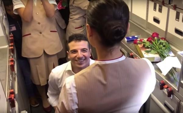 Tiếp viên hàng không được bạn trai cầu hôn ngay trên chuyến bay - Ảnh 2.