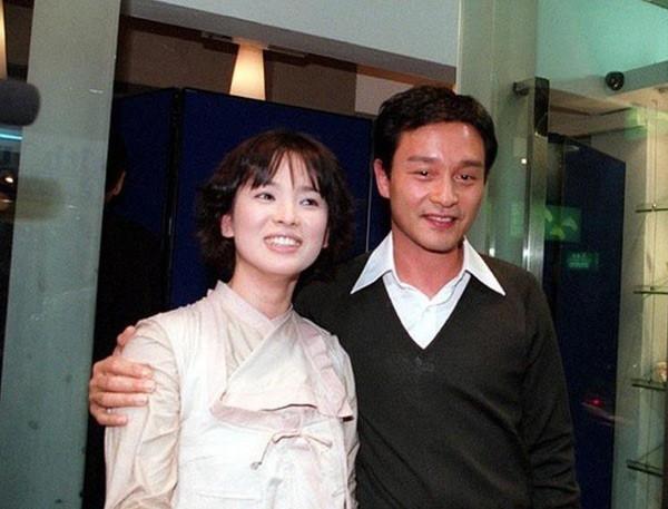 Loạt ảnh đáng giá ngàn vàng của sao Hoa ngữ ngày xưa: Không ngờ Song Hye Kyo là fan ruột của Trương Quốc Vinh - Ảnh 9.