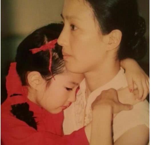 Loạt ảnh đáng giá ngàn vàng của sao Hoa ngữ ngày xưa: Không ngờ Song Hye Kyo là fan ruột của Trương Quốc Vinh - Ảnh 10.