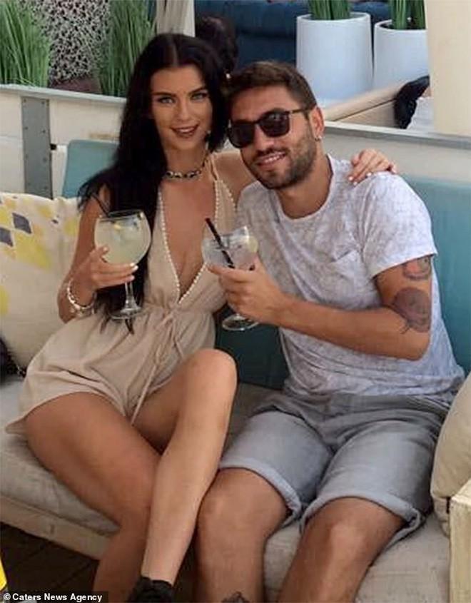 Yêu từ cái nhìn đầu tiên, cô gái Anh và bạn trai Ý hạnh phúc bên nhau 2 năm nhờ Google Dịch - Ảnh 1.