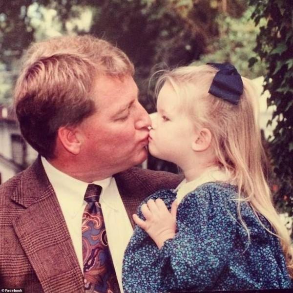 Cha già ngồi xe lăn nhảy cùng con gái trong lễ cưới gây xúc động - Ảnh 1.