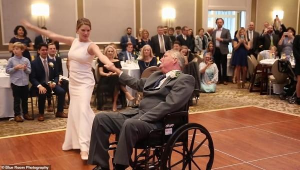 Cha già ngồi xe lăn nhảy cùng con gái trong lễ cưới gây xúc động - Ảnh 3.