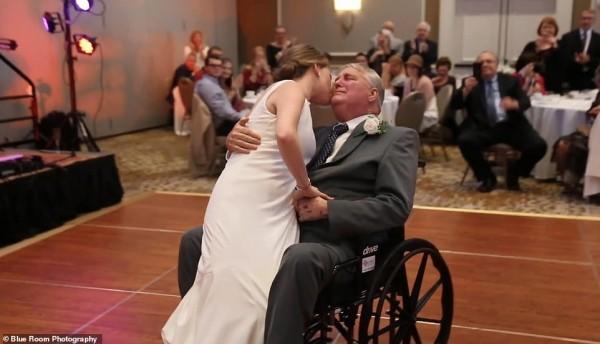 Cha già ngồi xe lăn nhảy cùng con gái trong lễ cưới gây xúc động - Ảnh 4.
