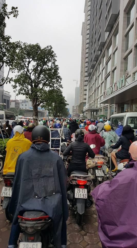 Tắc đường kinh hoàng ở Hà Nội sáng nay: Qua 20 cái đèn xanh rồi mà vẫn không thể di chuyển - Ảnh 12.