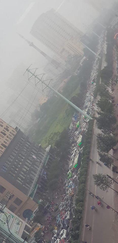 Tắc đường kinh hoàng ở Hà Nội sáng nay: Qua 20 cái đèn xanh rồi mà vẫn không thể di chuyển - Ảnh 9.