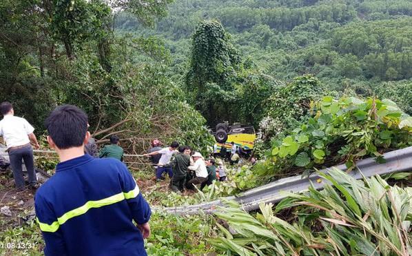 Xe chở 20 SV lao xuống vực đèo Hải Vân: 'Mất thắng khi đổ đèo, tài xế cho xe cạ vào vách núi nhưng văng ra'