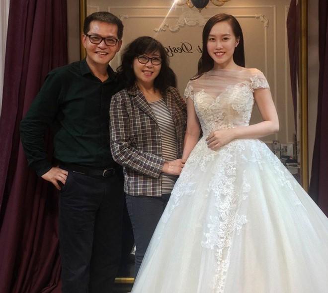 Những thông tin bất ngờ về vợ sắp cưới trẻ trung, gợi cảm của NSND Trung Hiếu - Ảnh 1.