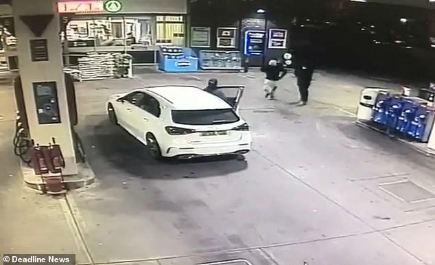 Vừa đổ xăng xong, người phụ nữ bất ngờ bị cướp xe song may mắn thoát nạn nhờ làm 1 việc - Ảnh 2.