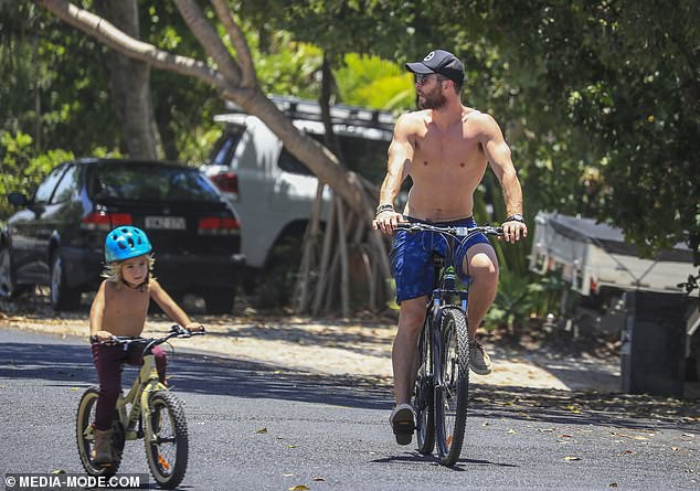 Khoảnh khắc bình dị mà siêu đáng yêu: Thor khoe body thần thánh, đạp xe cùng vợ và bầy con xinh - Ảnh 1.