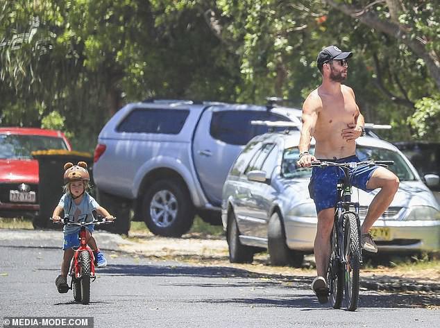 Khoảnh khắc bình dị mà siêu đáng yêu: Thor khoe body thần thánh, đạp xe cùng vợ và bầy con xinh - Ảnh 2.