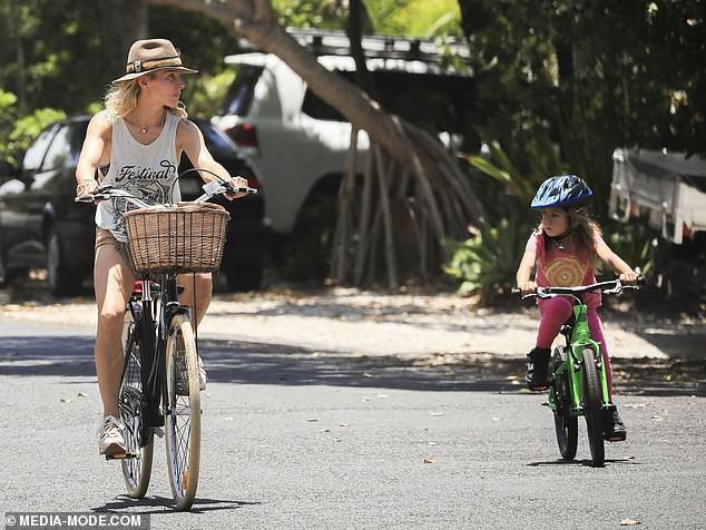 Khoảnh khắc bình dị mà siêu đáng yêu: Thor khoe body thần thánh, đạp xe cùng vợ và bầy con xinh - Ảnh 5.