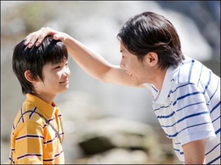 Con trai hỏi Bố ơi, tại sao bố lại nằm trên người mẹ?, câu trả lời của bố được hưởng ứng nhiệt liệt - ảnh 1
