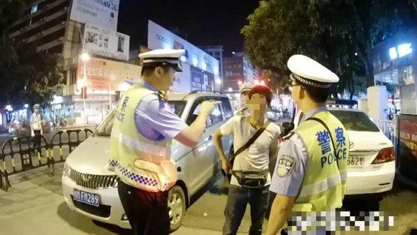 Gây gổ với cảnh sát khi bị bắt xe, người đàn ông còn làm điều khó chấp nhận này - Ảnh 1.