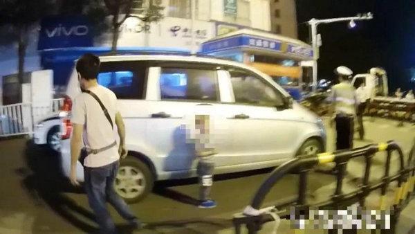 Gây gổ với cảnh sát khi bị bắt xe, người đàn ông còn làm điều khó chấp nhận này - Ảnh 2.