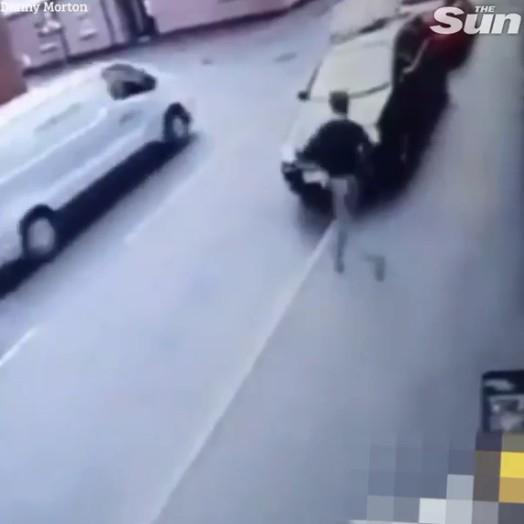 Kẻ trộm lao ra khỏi cửa hàng, gặp chiếc ô tô đang chạy nhanh và cái kết không thể đau hơn - Ảnh 1.