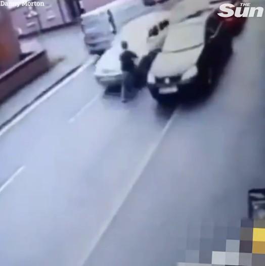 Kẻ trộm lao ra khỏi cửa hàng, gặp chiếc ô tô đang chạy nhanh và cái kết không thể đau hơn - Ảnh 2.