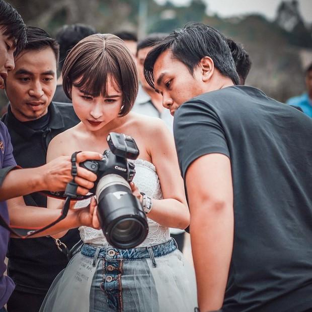 Quên chuyện mượn ảnh photoshop sống ảo đi, Minh Nhựa và Mina Phạm có hẳn ekip siêu to khổng lồ đi shooting chuyên nghiệp đây! - Ảnh 3.