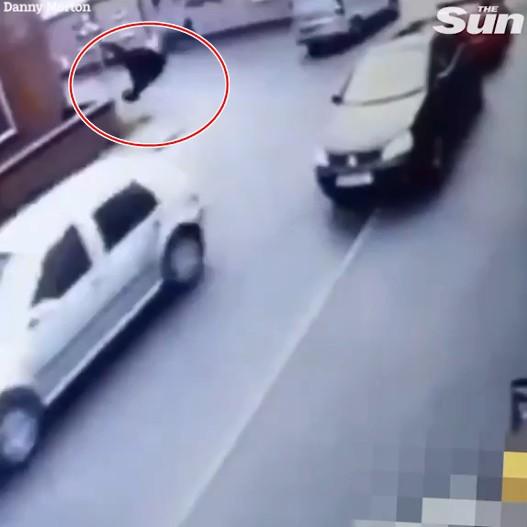 Kẻ trộm lao ra khỏi cửa hàng, gặp chiếc ô tô đang chạy nhanh và cái kết không thể đau hơn - Ảnh 3.